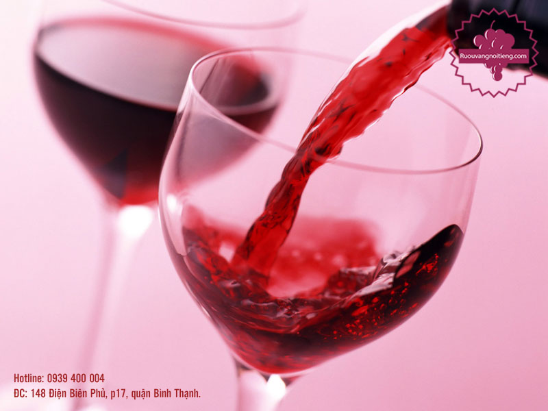 Rượu vang La Fiole Du Pape sở hữu màu đỏ ruby sâu sắc